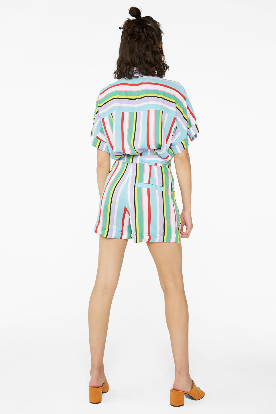Model back image of Monki belted shorts in white