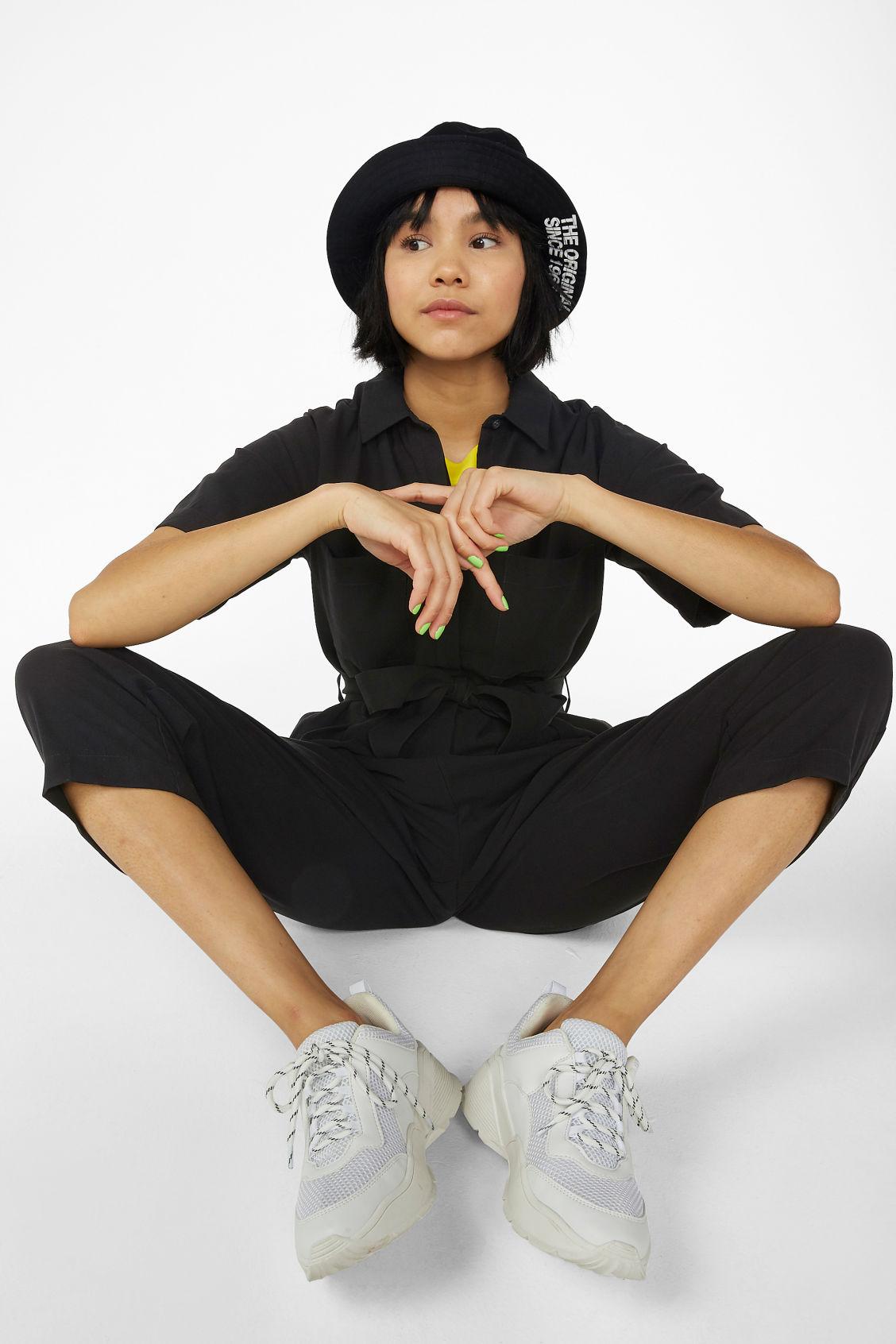 b6a48fff39 Model front image of Monki short-sleeved flowy jumpsuit in black