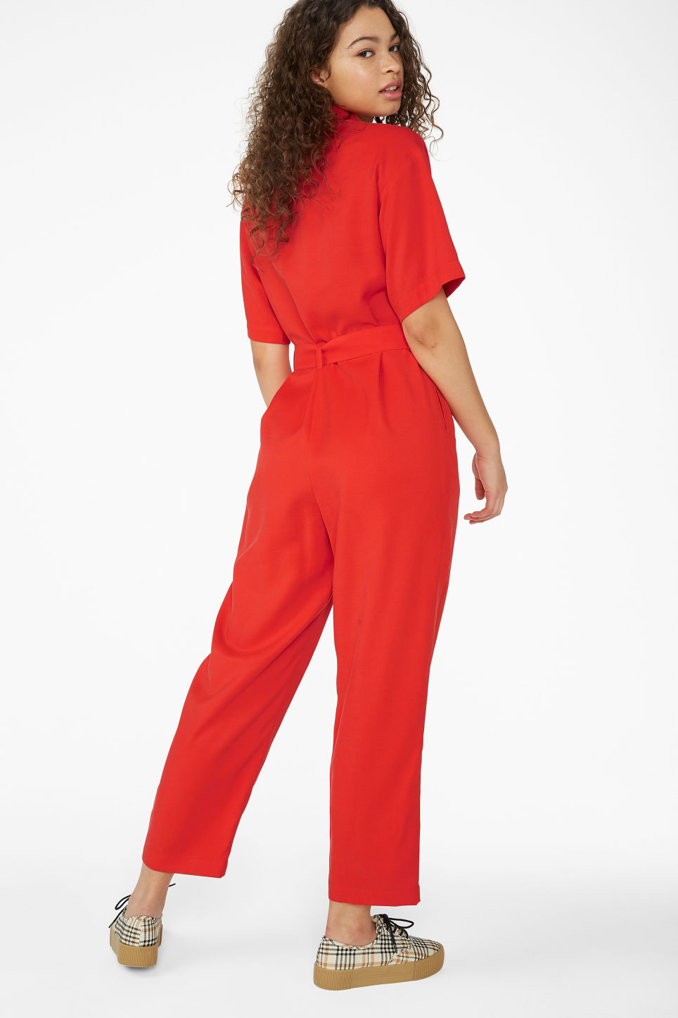 Model back image of Monki short-sleeved flowy jumpsuit in red