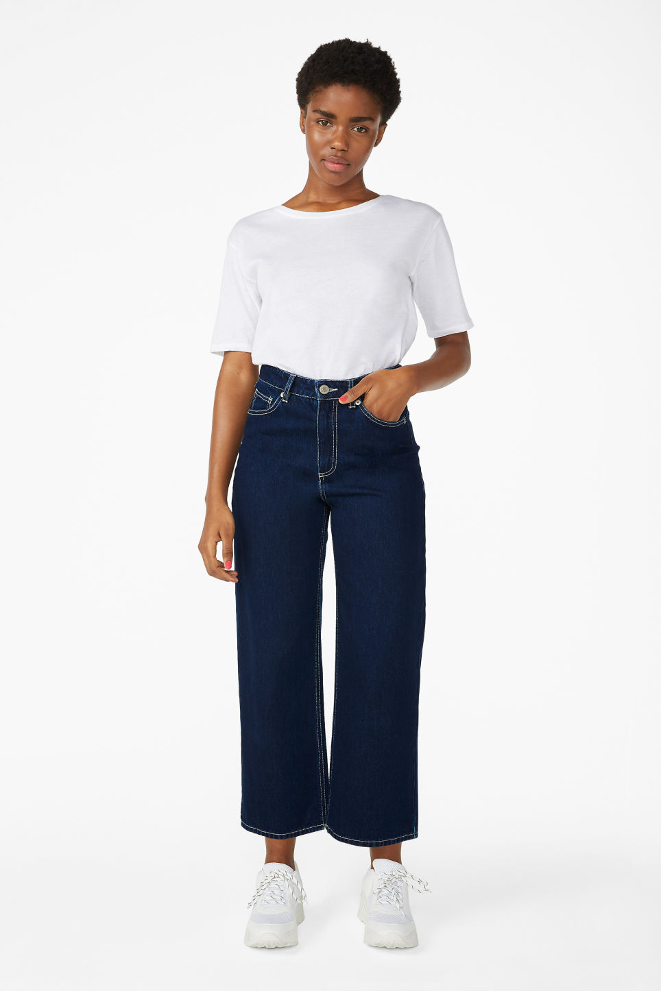 Model front image of Monki mozik contrast seems jeans in blue