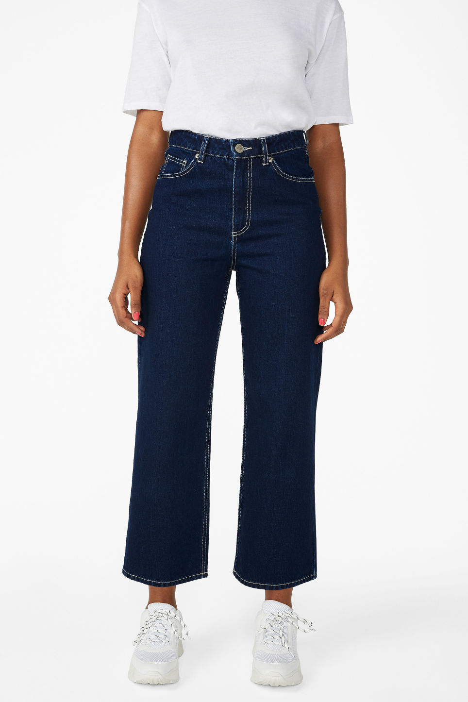 Model side image of Monki mozik contrast seems jeans in blue