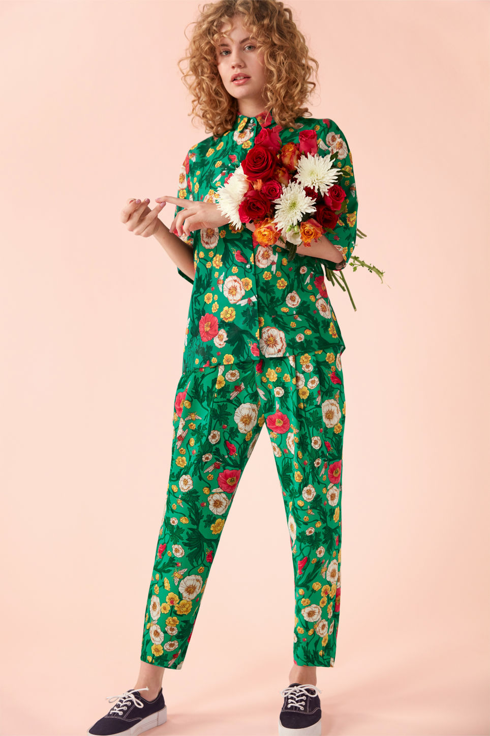Detailed image of Monki flowy trousers in green