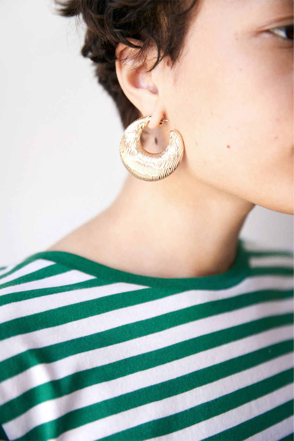 Detailed image of Monki moon stud earrings in gold