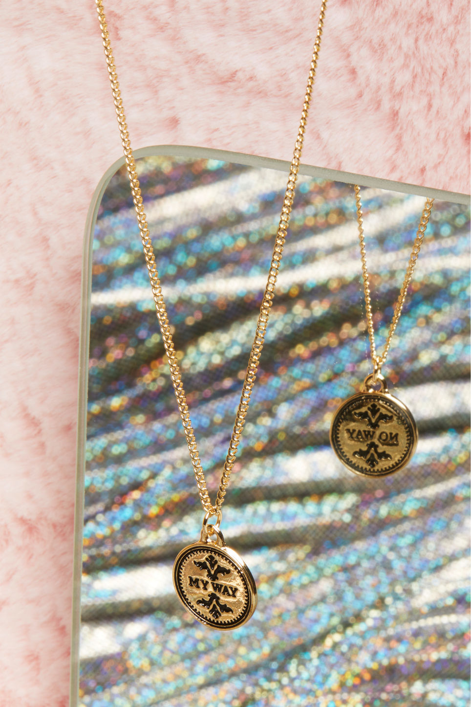 Detailed image of Monki mood swing necklace in gold